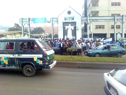 crowd locked out by security at the Rivers State Judiciary complex, yesterday
