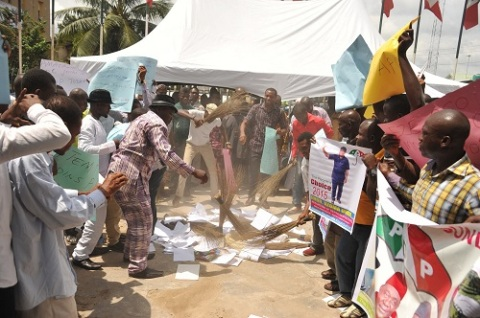 PhotoNews: APC Members Burn APC Flag In Abia State