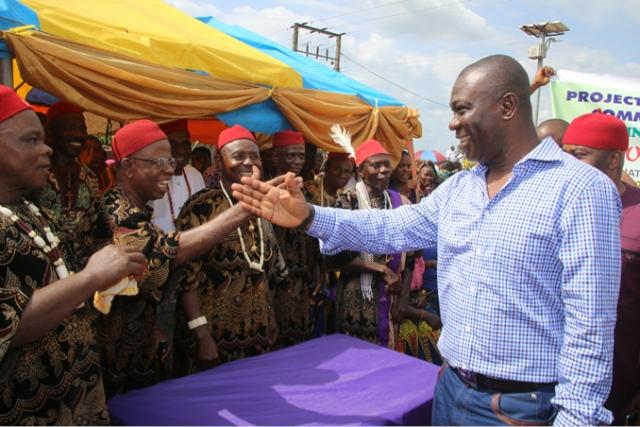 Senator Ekweremadu exchanging greetings with the red cap chiefs at the Commissioning of Ogbombara Water Project, Ndeabor
