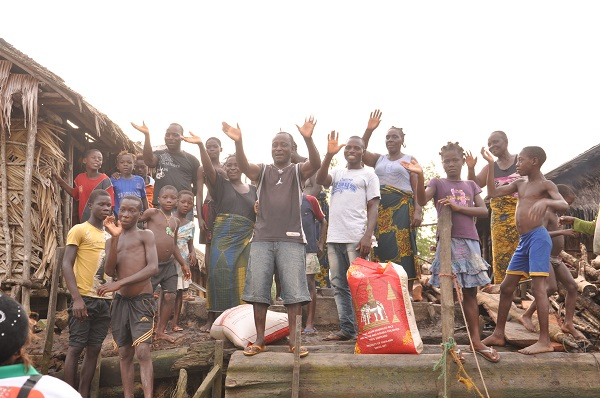 Modupe Ozolua Enters Dangerous Creeks of Bayelsa to feed the Poor