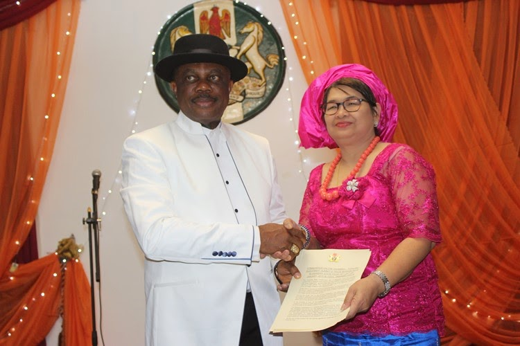 His Excellency Governor Willie Obiano and Leader of the Thai Delegation, Dr. Ratana Porn exchanging copies of the signed Communique during the Cultural Night held at Governors Lodge Amawbia