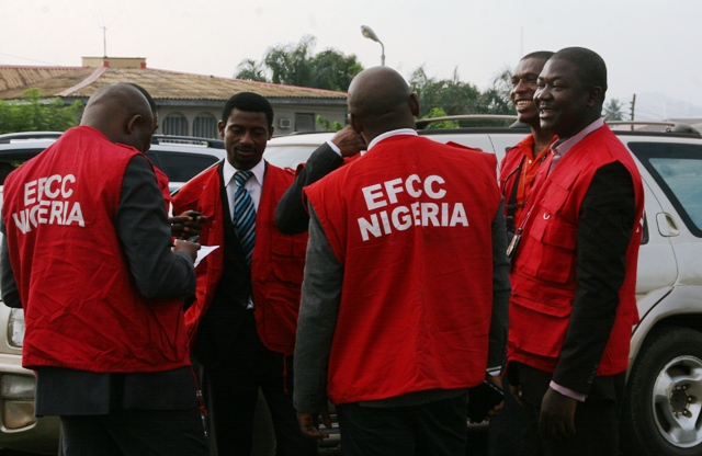 EFCC-OPERATIVES-OUTSIDE-IBADAN-HIGH-COURT-OYO-STATE1