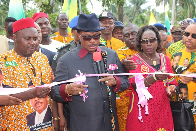 (L-R): Anambra State governor Chief Willie Obiano cutting the tape to commission Nanka Borehole. He is flanked by President General South-East CAmalgamated Traders Association (SEMATA), Chief Okwudili Ezenwankwo and Hon Commissioner for Information, Dr. Imelda Nwogu at the commissioning of the borehole at Agbiligba Nanka, Orumba North LGA.