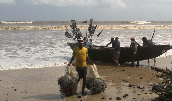 719x424xA-FISHERMAN-WITH-FISHING-NETS-SALVAGED-FROM-SUSPECTED-OIL-SPILL-AT-THE-QUA-IBOE-FIELDS-IN-AKWA-IBOM-ON-WEDNESDAY-e1363775135409.jpg.pagespeed.ic.lBqp6BZI-8