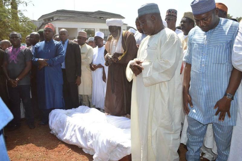 pic.-15.-burial-of-prince-abubakar-audu-in-ogbonicha-kogi-resized-800