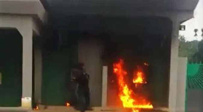 [Video] Angry Owerri Man Sets Bank On Fire