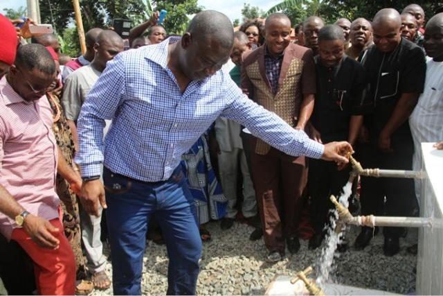 Sen Ike Ekweremadu commissins the Ogbombara Spring Water Harvestation Project attracted by him to Ndeabor, Enugu State