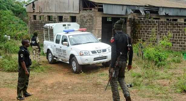 Soldier Stops Policemen From Arbitrary Arrest Of Residents , Travellers In Abia