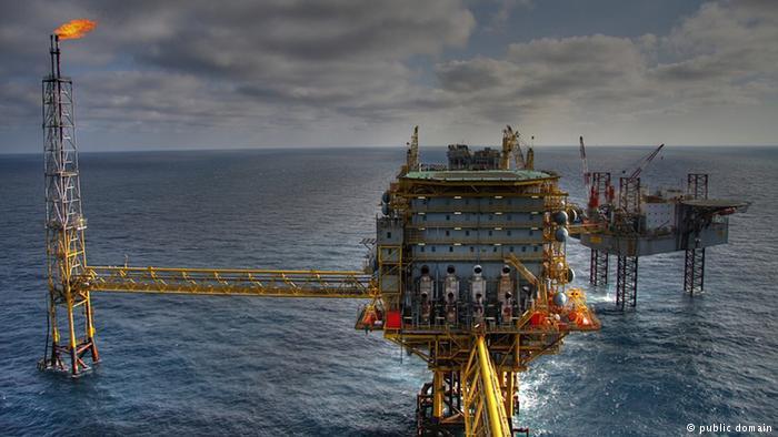 Oil rig in the sea. (public domain)